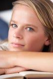Studio-Portrait des Jugendliche-Lesebuches Lizenzfreie Stockfotos