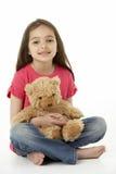 Studio-Portrait des lächelnden Mädchens mit Teddybären Stockfotos