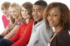 Studio-Portrait von fünf Jugendfreunden, die I stehen lizenzfreie stockfotos