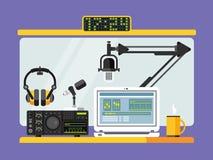 Studio professionnel de station de radio avec des microphones Images libres de droits