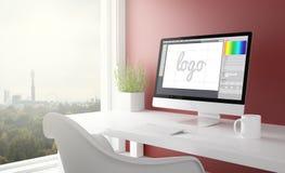 studio rouge avec l'ordinateur de logiciel de conception de logo Photographie stock