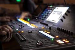 Studio sain ajustant l'équipement record photographie stock