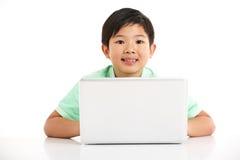 Studio schoss vom chinesischen Jungen mit Laptop Stockbild