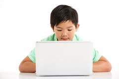 Studio schoss vom chinesischen Jungen mit Laptop Stockfotos