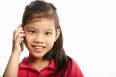 Studio schoss vom chinesischen Mädchen mit Handy Stockfotografie