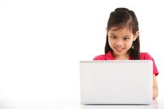 Studio schoss vom chinesischen Mädchen mit Laptop Stockfoto
