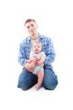 Studio schoss vom Vater, der mit seinem Sohn sitzt Stockfoto