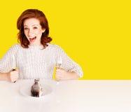 Studio schoss von der hungrigen Frau auf gelbem Hintergrund Lizenzfreie Stockfotos