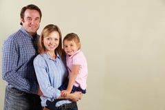 Studio schoss von entspannter Familie Stockbilder