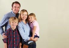 Studio schoss von entspannter Familie Stockfotografie
