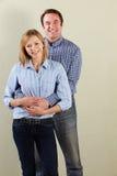 Studio-Schuß der entspannten mittleren gealterten Paare Lizenzfreies Stockbild