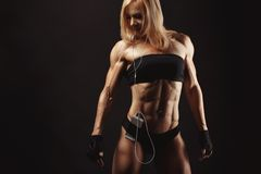 Studio shot of muscular young woman Royalty Free Stock Photography