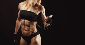 Studio shot of muscular young woman Royalty Free Stock Images