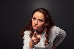 Studio som skjutas av den ilskna kvinnan som pekar på kameran arkivbild