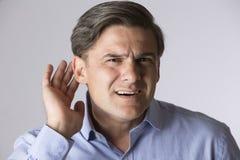 Studio sparato dell'uomo che soffre dalla sordità Immagine Stock Libera da Diritti