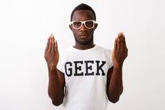 Studio sparato della camicia d'uso a del geek del giovane dell'africano nero uomo del nerd immagini stock