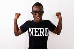 Studio sparato della camicia d'uso w del nerd del giovane dell'africano nero uomo del geek fotografia stock libera da diritti