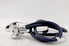 Studio sparato dello stetoscopio con la riflessione immagine stock