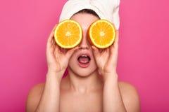 Studio strzał przyjemni przyglądający potomstwa szokować Europejskie kobiet pokrywy ono przygląda się z pomarańczami, białego ręc zdjęcie royalty free