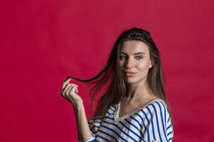 Studio strzał urocza piękna kobieta odizolowywająca przeciw pustej czerwonej studio ścianie fotografia stock