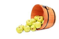 Studio strzał żółci jabłka w drewnianym wiadrze zdjęcie stock