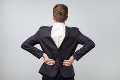 Studio strzał dojrzały caucasian mężczyzna jest ubranym jego dalej kostium backwards, szary tło obrazy stock