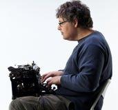 Studio strzał mężczyzna pisać na maszynie z maszyna do pisania na jego podołku Zdjęcia Royalty Free
