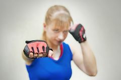 Studio strzał pięknej sprawności fizycznej kobiety stażowy boks lub czynnościowy ćwiczenie Dziewczyna pokazuje pięści Stażowej bi Zdjęcia Stock