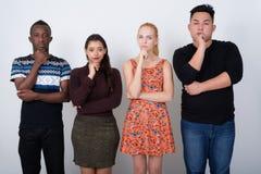 Studio strzał różnorodna grupa wielo- etniczni przyjaciele myśleć obrazy royalty free