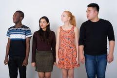 Studio strzał różnorodna grupa wielo- etniczni przyjaciele patrzeje obrazy royalty free