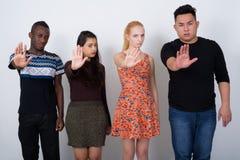 Studio strzał różnorodna grupa wielo- etniczni przyjaciele pokazuje sto obraz stock