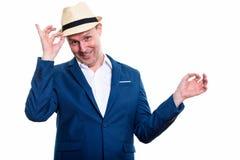 Studio strzał szczęśliwy dojrzały biznesmen ono uśmiecha się podczas gdy trzymający brzęczenie zdjęcia royalty free