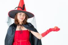 Studio strzału Azjatycka kobieta w czerwonej kostiumowej czarownicy lewej ręki otwartym chwycie zdjęcia royalty free