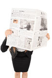 Studio strzelał kobieta chuje za gazetą Fotografia Stock