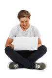 Studio Strzelający nastoletni chłopak Używa laptop zdjęcie royalty free