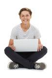 Studio Strzelający nastoletni chłopak Używa laptop zdjęcia royalty free