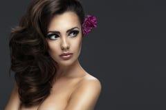 Studio strzelający piękna młoda kobieta fotografia royalty free