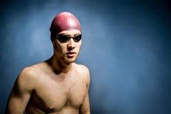 Studio tiré d'un nageur beau Photos libres de droits