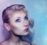 Studio tiré de la beauté blonde romantique Photo libre de droits