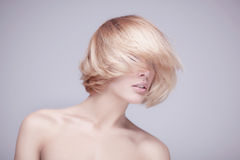 Studio tiré de la belle jeune femme blonde image stock