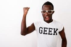 Studio tiré de la chemise de port W de connaisseur de jeune d'africain noir homme de ballot photos stock