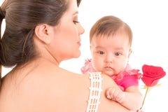 Studio tiré de la mère affectueuse tenant le bébé image stock