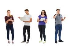 Studio tiré des adolescents employant la technologie des communications Photos libres de droits