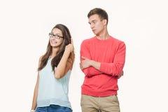 Studio tiré des couples contrariés portant les vêtements sport se tenant de nouveau au dos fronçant les sourcils leurs visages Di image stock