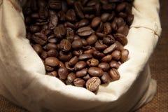Studio tiré des grains de café dans un sac Photographie stock libre de droits