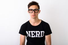 Studio tiré des lunettes de port de jeune homme de ballot contre b blanc photo libre de droits