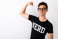 Studio tiré du jeune homme heureux de ballot souriant tout en fléchissant le bras image libre de droits