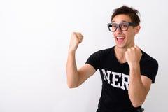 Studio tiré du jeune homme heureux de ballot souriant tout en pensante et l images stock