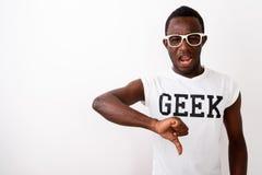Studio tiré du jeune homme triste de ballot d'africain noir donnant le pouce Dow photo stock