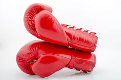 Studio tiré d'un gant de boxe rouge Photos stock